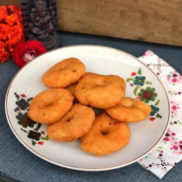 Chillu Garelu (Minapa Vada) Recipe | HeyFood — heyfoodapp.com
