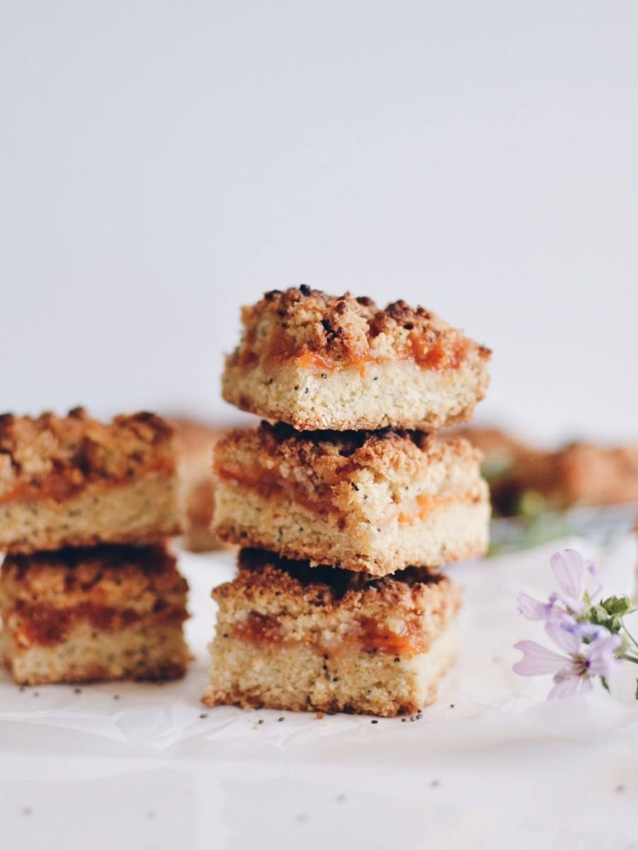 Apricot crumble cake Recipe | HeyFood — heyfoodapp.com