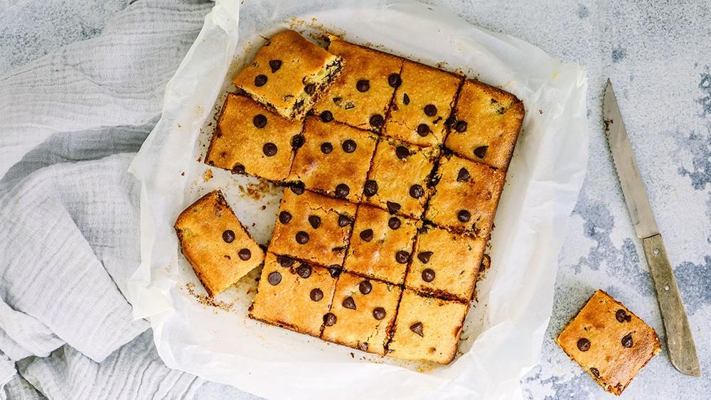 Low Sugar Chocolate Chip Blondies Recipe | HeyFood — heyfoodapp.com